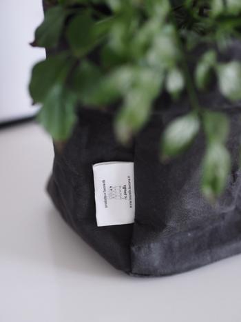 エコなセルロースで作られていながら、和紙のようなあたたかみがあり、風合いは革のよう。