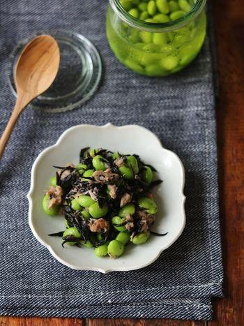 茹でた枝豆を白だしに漬ける枝豆の出汁漬け。じんわり出汁がきいてそのままはもちろん、色んなアレンジに使える万能レシピです。こちらはひじきとツナと合わせたもの。あと一品欲しい時やお弁当のおかずにもオススメです。