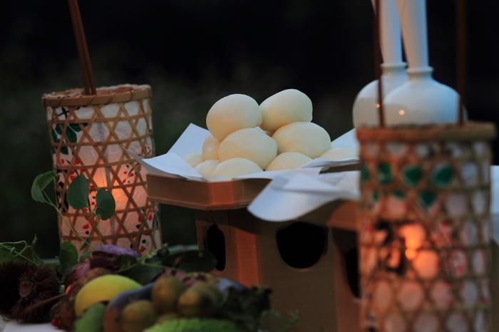 関東(江戸)の月見団子は、満月をイメージした白くて丸いお団子を重ねるのが特徴です。材料は白玉粉や上新粉など。砂糖だけで優しい味付けに仕上げることが多いようです。