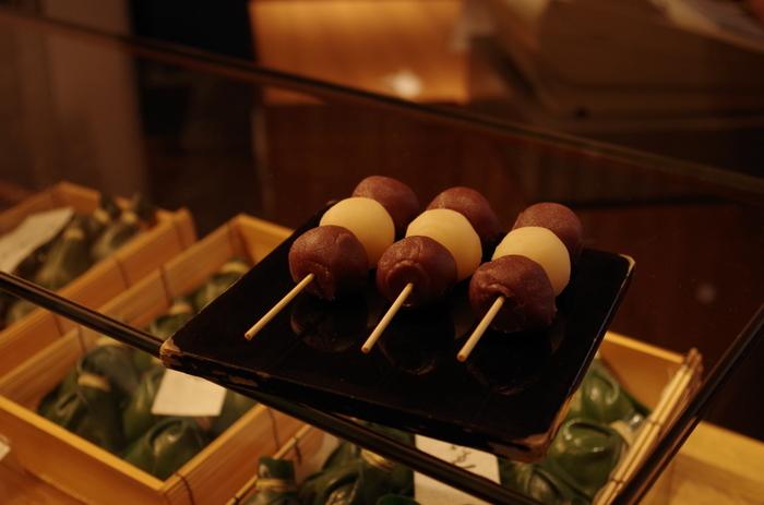 名古屋などの中国地方、また四国地方などでは「串団子」の月見団子も見られます。地域によって、さまざまな違いがありますが、現代の私たちも自然の恵みに感謝して「お月見」を楽しみたいですね。