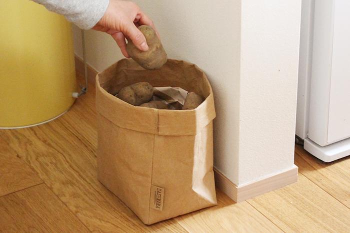 ナチュラルな見た目はキッチンの床に直接置いてもすっきりとけ込んでくれるので、根菜類や果物の保存バッグとして活用されてはいかがでしょうか。