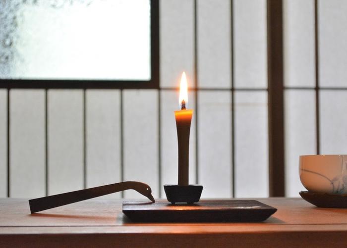 仄かな月灯りを愛でる夜には、電気を消してろうそくを灯してみませんか?とくに「和ろうそく」は、炎の美しさとスッとした立ち姿が、日本の伝統行事にぴったり。「キャンドル」とは一味ちがう、ゆかしい灯りに癒やされます。