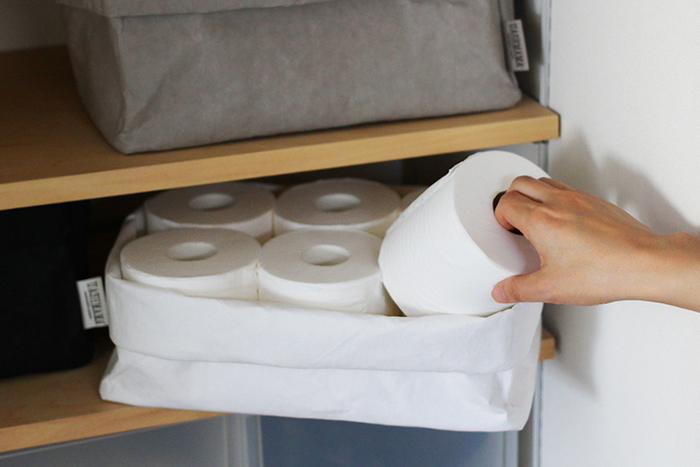 他にもトイレットペーパーの収納や、各種リネン類の収納にも重宝します。口を折り曲げることで棚に収まりやすいサイズ調整が簡単にできるのが嬉しいですね。