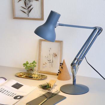 グレーのデスクランプは、シックな色合いで集中力を高めてくれそう。スタイリッシュなランプは、インテリアのポイントにもなってくますよ。