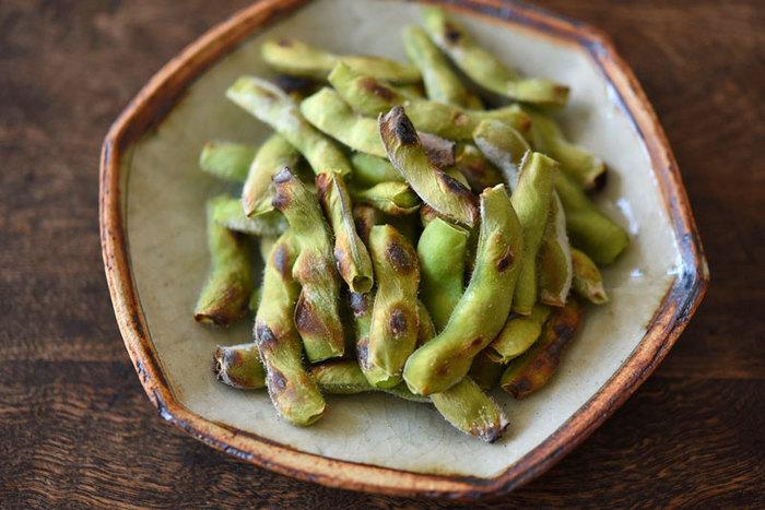 魚焼きグリルで作る焼き枝豆。茹でた枝豆よりも香ばしく仕上がります。作り方も至ってシンプル。さや付きの生の枝豆を塩水に浸け、魚焼きグリルで10分程焼くのみ。枝豆の甘みと風味が楽しめます。