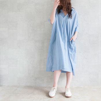 爽やかな淡いブルー×白のストライプのスキッパーシャツワンピース。着るほどに生地が心地よく馴染んでいきます。シルエットがきれいなので、すとんと着るだけでヌケ感のある素敵な着こなしを演出できます。
