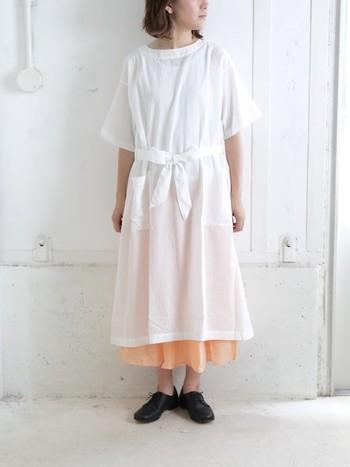 軽やかな薄手のコットンワンピース。透け感があるので、きれい色のスカートなどと重ねると、ほんのり淡い色が透けて可愛らしいです。コットンのさらりとした着心地と、ゆったりシルエットで気持ちよく着られます。