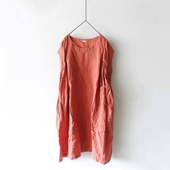 きれいなオレンジピンクのリネンワンピース。すとんときれいなシルエットで着られます。長いシーズン着回しが出来て、着こなしのアクセントになるきれいな色合いです。