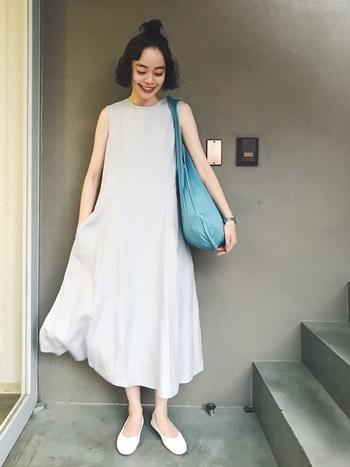 ふんわり軽やかに揺れる淡いブルーのワンピース。きれいなブルーのバッグをポイントにしたシンプルな着こなしが素敵。