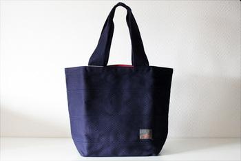 この三河木綿、刺子織りの武道衣を古くから扱っているのが名古屋のタネイ。 90年以上にわたって剣道や柔道の道衣を作り続けてきたメーカーの縫製技術があったからこそ、縫製が難しいとされる刺子織りのバッグが誕生しました。