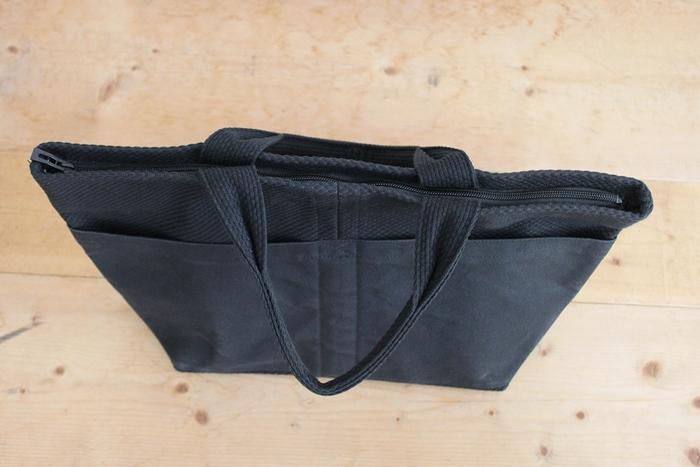 厚みは薄くとも直立するsasiccoのバッグ。 しっかりとした生地ながら軽く、空気の層をつくりやすい特長を持った織物のため、バッグにも最適なのです。 たくさん入れても型崩れしにくく、重さを感じにくいバッグに仕上がっています。