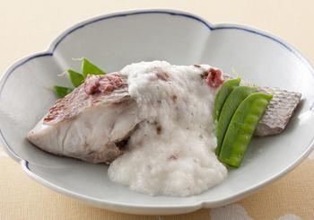 こちらも桜の塩漬けと相性の良い鯛で作る、ふっくらと美味しい桜蒸し。お祝い事の多い春にとくに似合うやさしさとおめでたさを感じるレシピです。