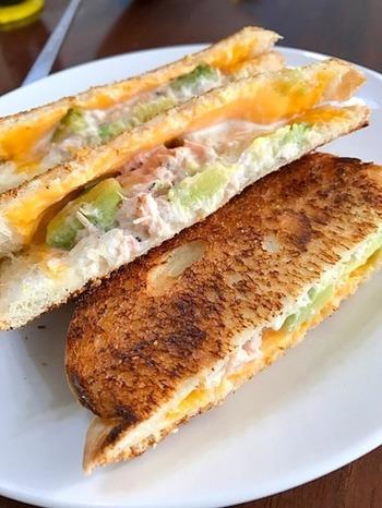 ツナ缶とアボカドをマヨネーズで味付けしてチーズを挟んだホットサンド。電気のホットサンドメーカーがない場合は、食パンにバターを塗ってトーストするだけでもOK◎朝食や軽食にぴったりのメニューです。