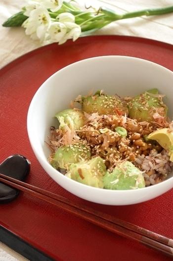 ご飯にツナ缶、納豆、アボカドを合わせて、ごまとかつお節をトッピング。混ぜるだけで簡単なうえ、栄養たっぷりのどんぶりです。