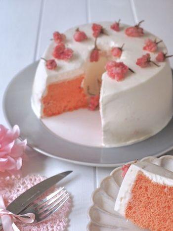 桜リキュールが入ったスポンジとクリームに桜の塩漬けがたくさん乗った、可愛らしいケーキはホットケーキミックスで作るので、実は簡単で失敗もなく作れるので、大勢集まった時のデザートにぜひ。
