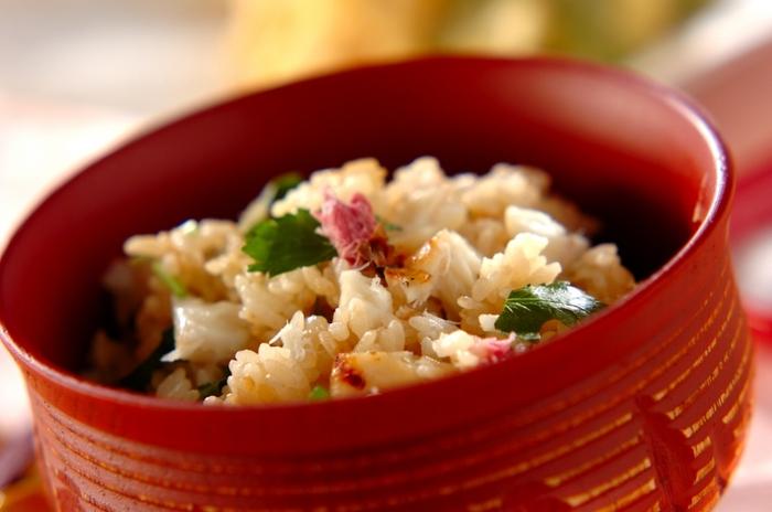 料理レシピでも相性の良かった鯛と桜の塩漬けで、春の香りいっぱいの鯛飯に。刻み三つ葉のグリーンと桜の花の彩りも美しく、おめでたい席にも似合うお祝いレシピです。