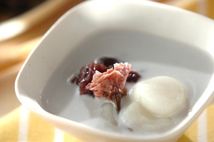 見た目がシンプルになりがちな白玉とココナッツ汁も、桜の塩漬けを加えるだけで華やかさも香りも味わいも増します。