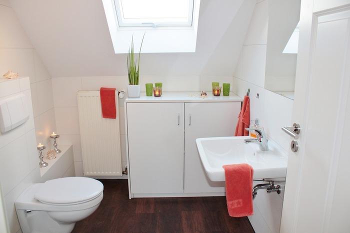 水回りの小物が溢れがちなトイレは、スペースがあれば思い切って収納棚を置いてしまうのも手。トイレ用品をまとめて管理できます。