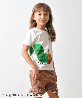 はらぺこあおむしのTシャツはダイナミックなレイアウトがおしゃれ。