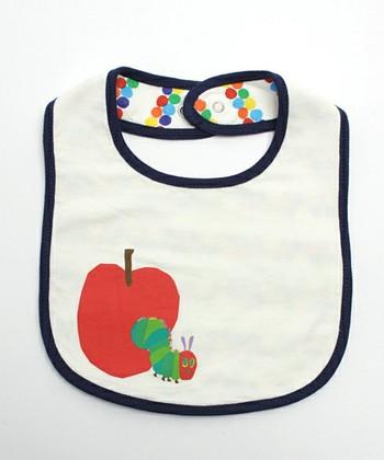 子供が最初に惹かれるのは鮮やかな色と丸っこい形。はらぺこあおむしのスタイをつければ赤ちゃんもきっとゴキゲンになるはず。