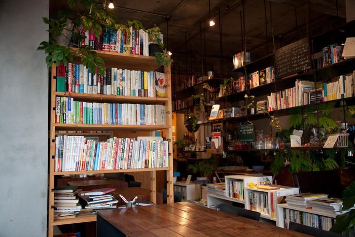 店内に入ると、まずは書籍の多さに圧倒されるかもしれません。 どれでも好きに手にとって読むことができます。 中には、アノニマを訪れた人たちが一言ずつ残していったノートもあり、読むと見知らぬ人の人生を垣間見れた気がして面白いですよ。