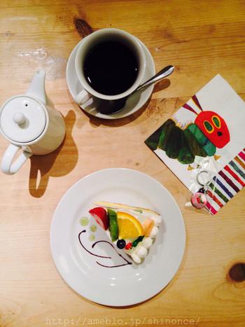 吉祥寺の『サンデーブランチ』さんはチェブラーシカやひつじのショーンなど絵本やキャラクターの世界に浸れるカフェ。はらぺこあおむしのコラボケーキは彩り豊かで見て楽しく食べて美味しいオススメメニューです。