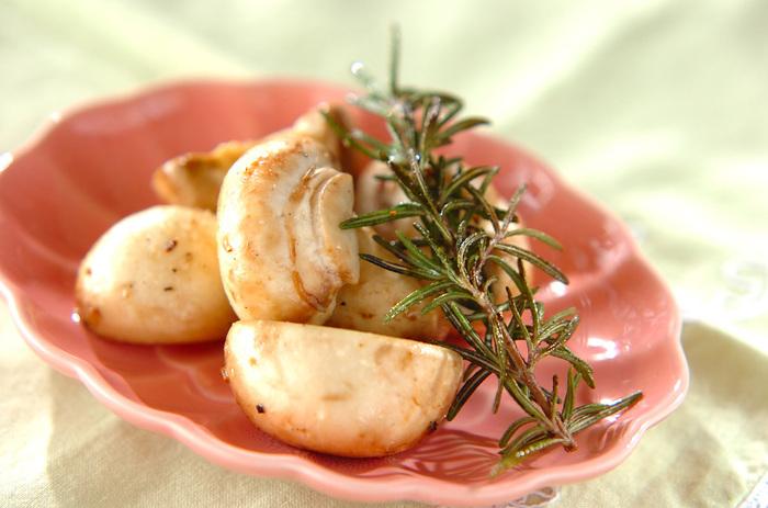 おしゃれなおつまみにもなる、マッシュルームのローズマリー炒め。オリーブオイルとニンニク、マッシュルームとローズマリーを一緒にフライパンで炒めるだけの簡単レシピ♪