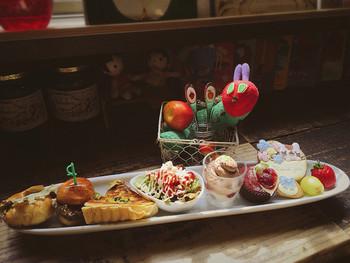 絵本の世界を満喫できるカフェ『絵本と珈琲 ペンネンネネム green』さんのはらぺこプレートは、絵本さながらに横に向かったお皿の上で、美味しいものを食べ進められるメニュー。 絵本で見て憧れた美味しそうな世界観を体験できます。