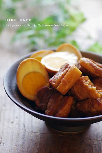 豚の角煮も炊飯器があれば簡単。カットした豚バラ肉とゆで卵を水、醤油、みりん等を一緒にいれてスイッチをオンするだけ。コクがあって柔らかい、本格的な角煮が完成です。