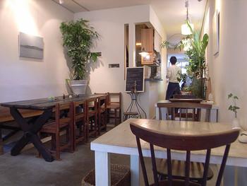 店内は、家具、照明、植物、全てが一体となって、唯一無二の空間を作り出しています。 近くに大学があり、お昼の時間にはお客さんでいっぱいになることがほとんどです。