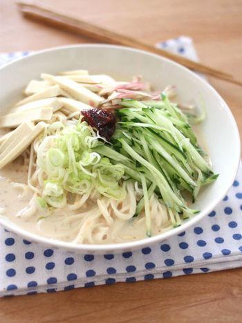 だしいらず、麺つゆいらずのぶっかけそうめんレシピ。つゆは豆乳と味噌、すりごまを使うので、いつもと違った濃厚なぶっかけそうめんを楽しむことができますよ。
