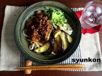 夏野菜の定番、なすを使ったボリューミーなぶっかけうどんのレシピです。ちょっと濃いめに味付けした肉味噌が、さっぱりとしたうどんによく合いますよ。