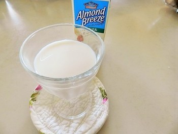 また、最近注目が集まっているアーモンドミルクからも作ることができます。