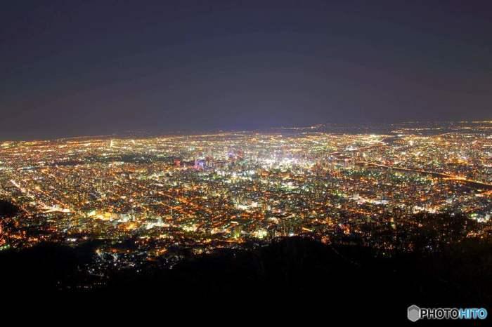 「日本新三大夜景」にも選ばれた煌めく夜景が、大パノラマで楽しめるとあって人気のスポットです。旅の良い思い出となる美しい夜景を、ぜひ体感してみてください。