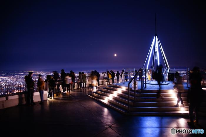 札幌の夜景が一望できる藻岩山は、「恋人の聖地」にも認定されたスポット。山頂展望台には、恋人同士で鳴らす「幸せの鐘」や、永遠の愛を誓い合う「愛の南京錠」を取り付ける手すりも設置されています。
