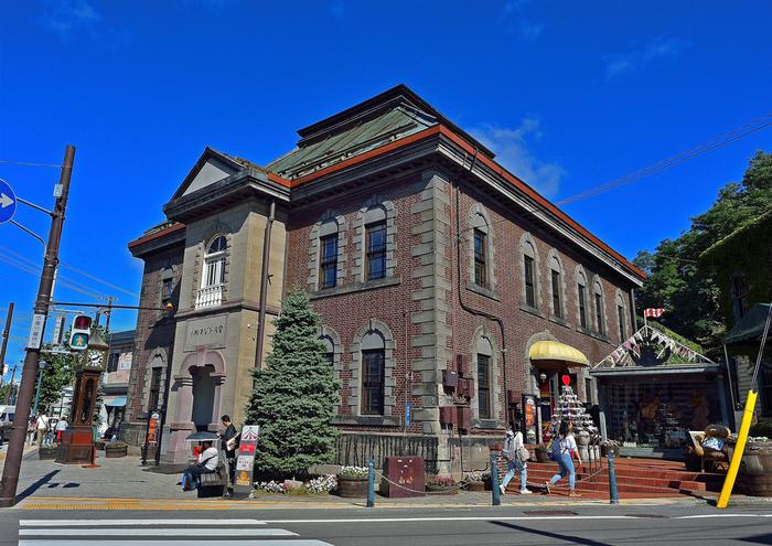 「小樽オルゴール堂」(本館)は、街のランドマーク的存在。明治45年に造られたレトロな建物は、小樽堺町通りにある、通称「メルヘン交差点」に立っています。