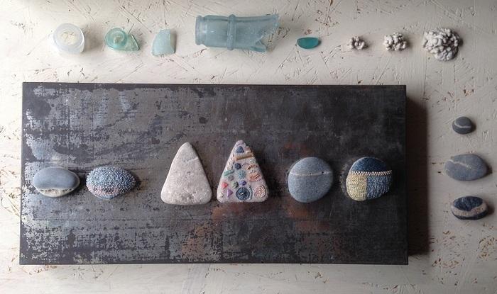 貝殻やガラス片、きれいな石を見つけたとき、少し子どもの頃を思い出しませんか?そこには、何か特別な輝きや引力がありましたよね?ヒグチエリさんの作る石文のブローチは、そんな懐かしい気持ちまでも思い起こさせてくれます。昔の人のように、本当に大切な誰かにプレゼントしてみてもいいですね。