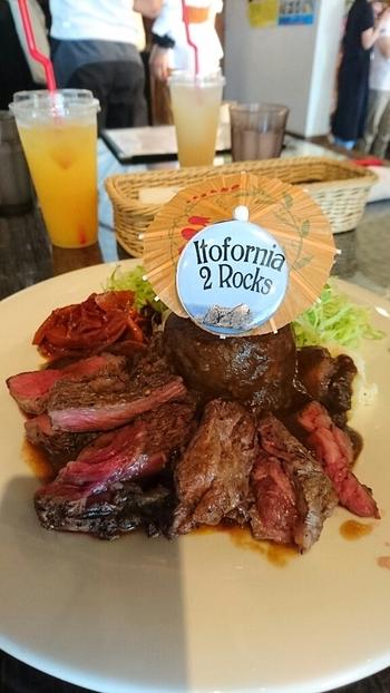 スペシャルカレーはステーキがたっぷり200gものったボリューム満点の一品。その他にロコモコやタコライスなどのメニューもあります。