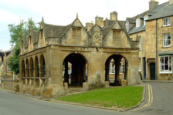町の中心部に現存するマーケットホールは、1627年に建てられたものです。かつて、ここに良質な羊毛が集められ、売買が行われていました。