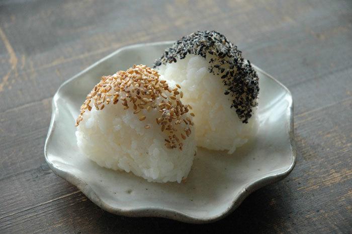 """""""ごま塩"""" おにぎりの上に、ごま塩を振りかけるだけで、昔懐かしい美味しいおにぎりが完成。ごま塩おにぎりを一口食べると香ばしい香りが口いっぱいに広がります。ごまには血液をサラサラにしてくれる効果も。時にはちょっとこだわって、ごま塩から手作りしてみるのもいいかも。"""