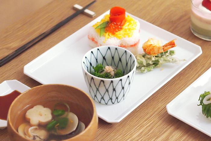 アリタジャパンのスクエアプレートは、洋食だけでなく和食にも利用しやすいのが特徴。お寿司をのせたり、惣菜をいくつも盛り付けたり、プレートひとつでレストランのような夕食が完成します。フラットなプレートなので、収納しやすいのも魅力です◎