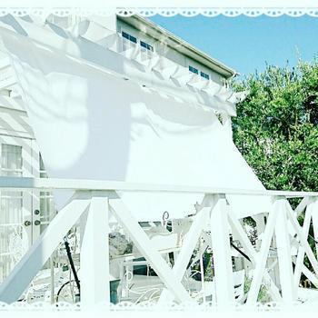 白のウッドデッキには白のサンシェードを。統一感も出てオシャレな印象になります。