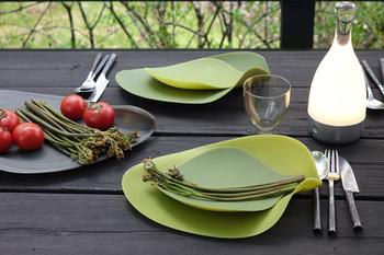 こちらの緑のプレートは、シリコン素材でできています。ニューヨーク在住のデザイナー田村奈穂さんが発表したデザインを、イタリアのCOVOが開発したプレートです。新緑と枯れ葉をモチーフにし、季節と同じように自然のサイクルを意識したい、そんな想いを込めて生み出されたプレートです。