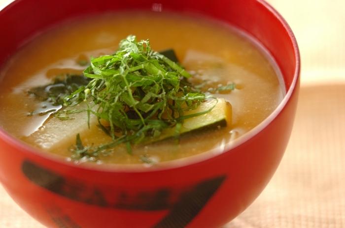 こちらは長芋とズッキーニの味噌汁。どちらも夏バテ対策に効果的な食材です。千切りした大葉を最後にのせて完成です*