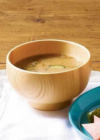 暑い日にぴったりの冷やし味噌汁のレシピ。冷水で作るから手間も少なくとっても簡単。お好みの野菜、削りがつお、味噌をあらかじめもみ込んで10分置き、器の中で冷水と溶かしていただきます。