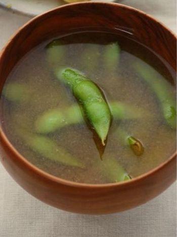 枝豆の茹で汁をそのまま使って、あとは味噌を入れるだけ!ダシいらずの簡単レシピです。お好みでおろしにんにくを入れても◎思わず試してみたくなる一品です。