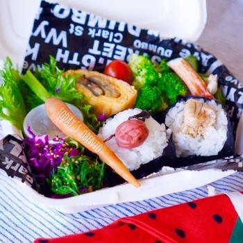 梅干とタラコの定番おにぎりも、彩り豊かなお野菜と一緒に詰めてあげることで、こんなにオシャレなお弁当に!