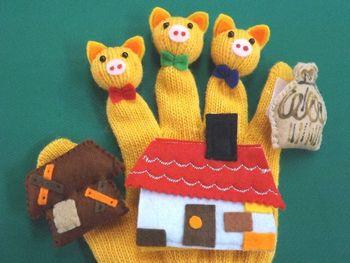 カラー軍手の指人形もいいね。三匹こぶたさん。おうちも3タイプ、ストーリーもあります