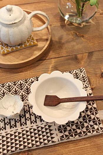 スプーンは先端の丸いものばかりではありません。角のあるタイプもあり、すくえる深さもさまざま。また、木で作られたものなど素材にも注目してみましょう。こちらの四角いスプーンは、端っこまで取りこぼしなくすくえるから、デザートなどを食べるときにもってこい!