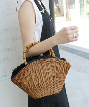 ファーがついたかごバッグは、夏と秋のいいとこ取りなアイテムです。夏のコーデにほんの少し秋らしさを取り入れられます。